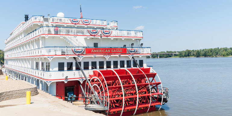 queen of the mississippi riverboat paddlewheeler